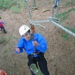 Départ de tyrolienne dans un parcours sur corde aménagé par Vertical Aventure