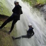 Rappel de 20 m pour cet enterrement de vie de jeune fille au canyon d'Angon