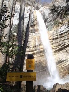 Vue sur la cascade de 40m du canyon de l'Alloix, sur le chemin de la via ferrata