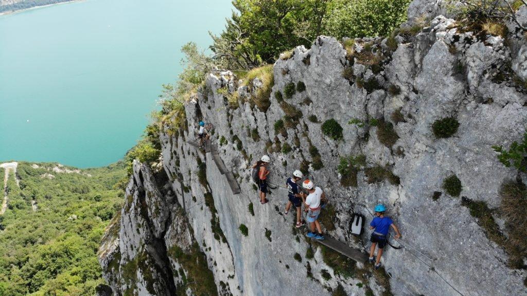 La Via Ferrata est un sport d'aventure mixant escalade et randonnée. La pratique pour être sans danger doit se faire grâce à l'utilisation d'un équipement particulier. Profitez de vos sorties dans les plus beaux parcours du Vercors, de la Chartreuse et des Bauges en toute sécurité. Savoir comment s'équiper pour la Via Ferrata est nécessaire pour profiter au maximum.